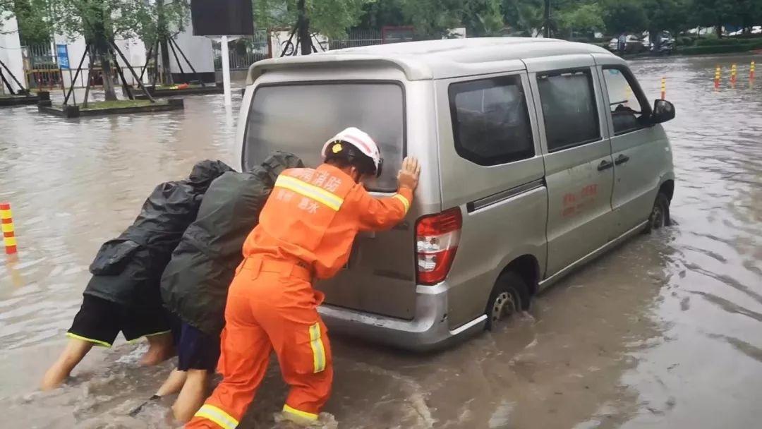 【暴雨致黔南这个幼儿园校车被困】消防紧急转移被困师生