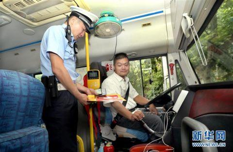 上海警方开展校车行驶安全检查