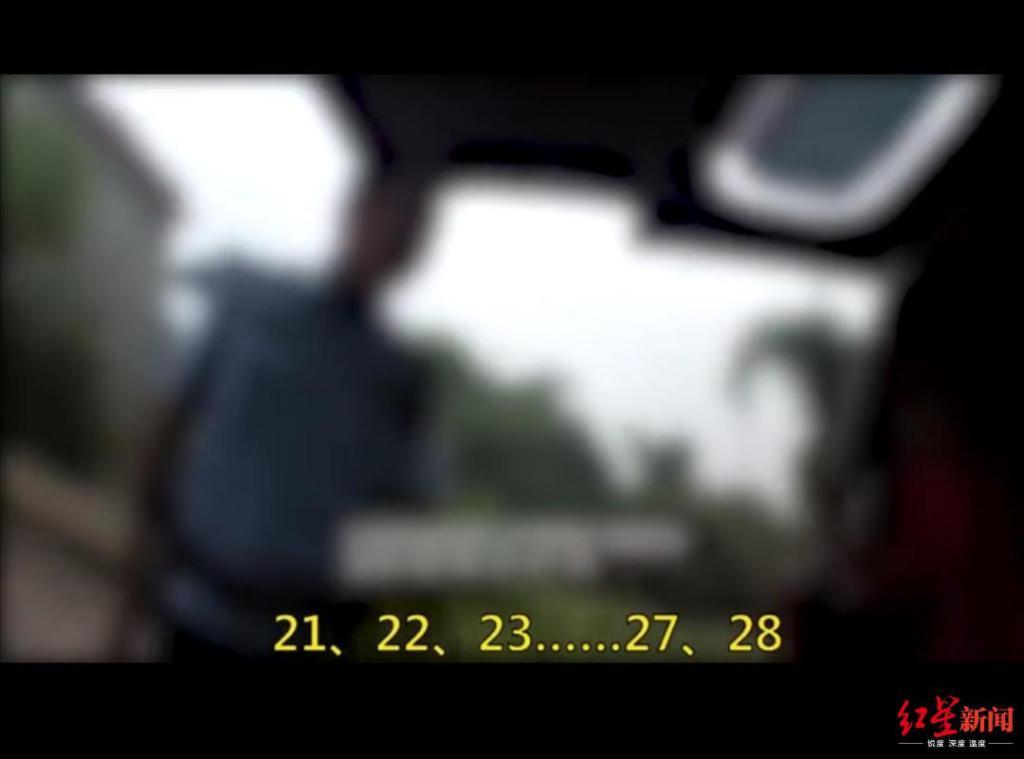 7座小型面包车竟挤了29人 民警打开车门时惊呆了