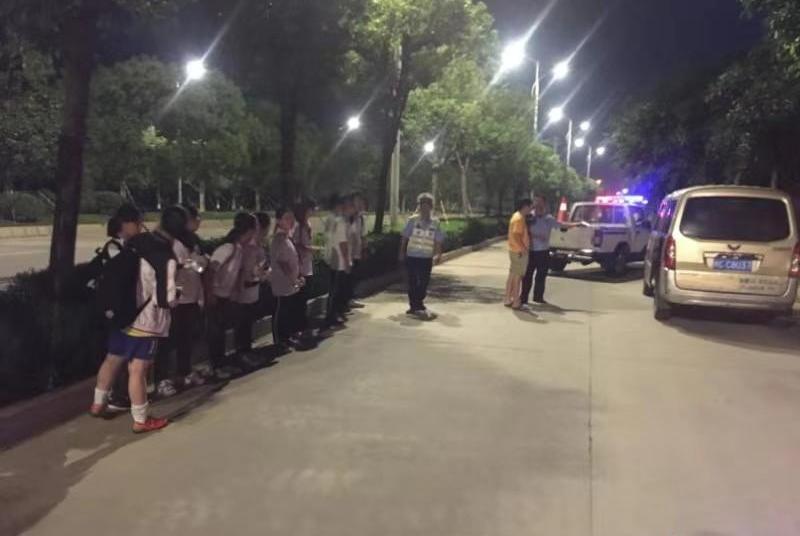 """泉州一""""黑校车""""受家长委托接送学生 超员驾驶被查获"""