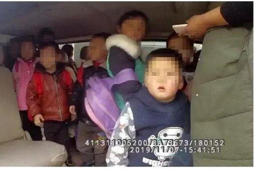"""核载15人 实载27人 这辆""""黑校车""""被河南南阳交警拿下"""