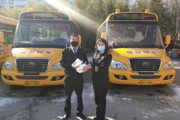 捐赠100个口罩给一线,这个校车师傅真赞