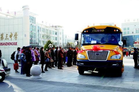 启东两小学试点运行专用校车接送学生安全又方便